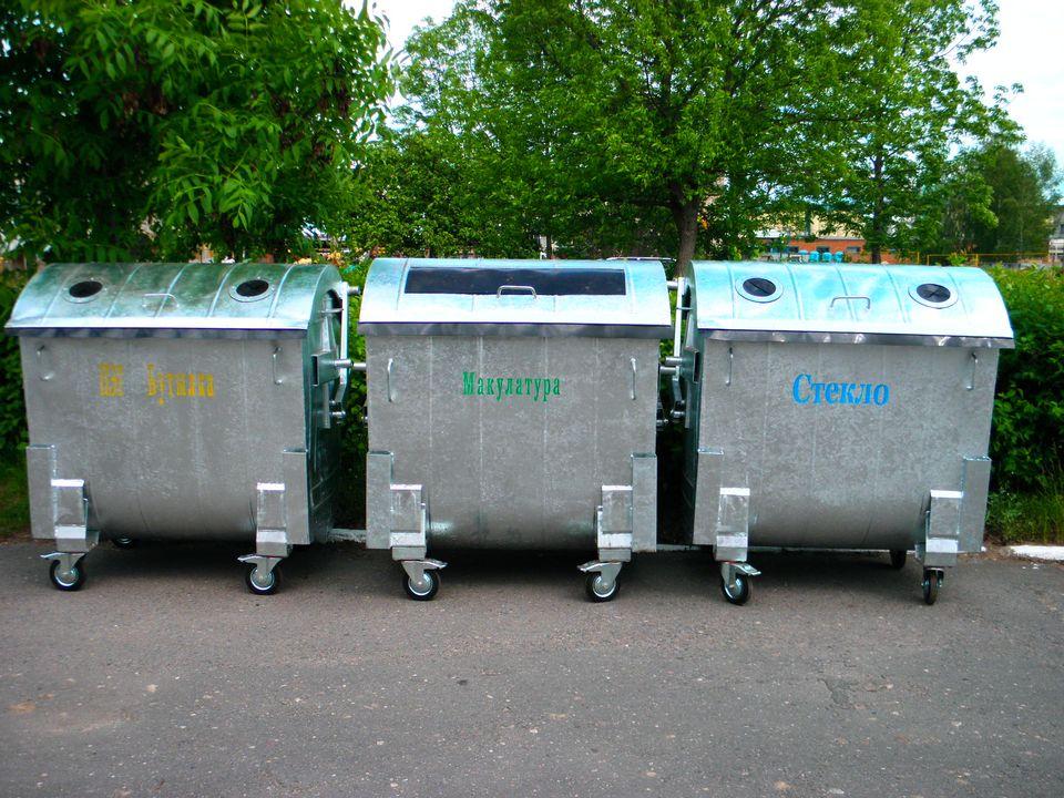 контейнеры старого типа для сбора стекла, картона и отходов
